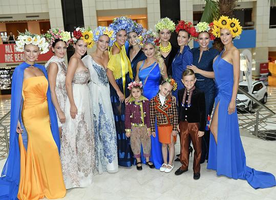S kolegyněmi a návrhářkou Natali Ruden.