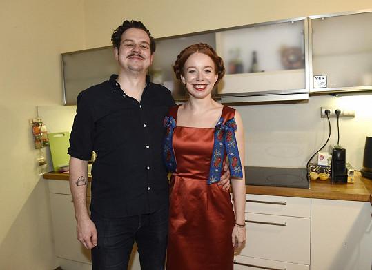 Alena Doláková s přítelem Mírou Helclem u nich v kuchyni