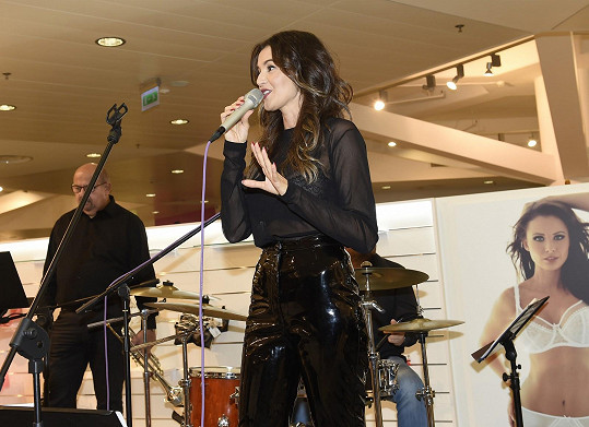 Kubelková během večera také zazpívala se svou kapelou JJIM BAND.
