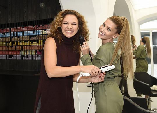 Kdyby chtěla kučeravé moderátorce akce Andree Košťálové narovnat vlasy, obě by nejspíš přešel smích.