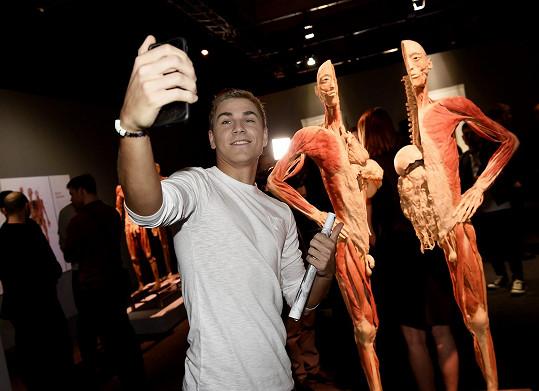 Na výstavě, kde mají návštěvníci možnost vidět dvacet celotělových exponátů a k tomu stovky detailních exponátů jednotlivých orgánů nebo částí těla, si David neodpustil selfie.