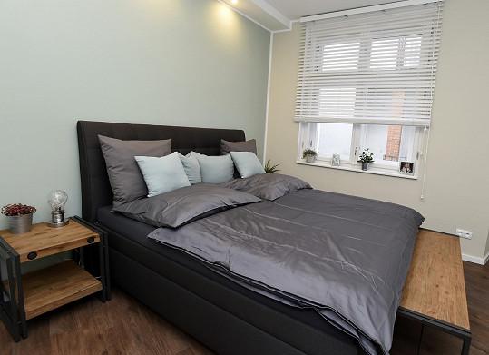Dominantou ložnice je velká postel.