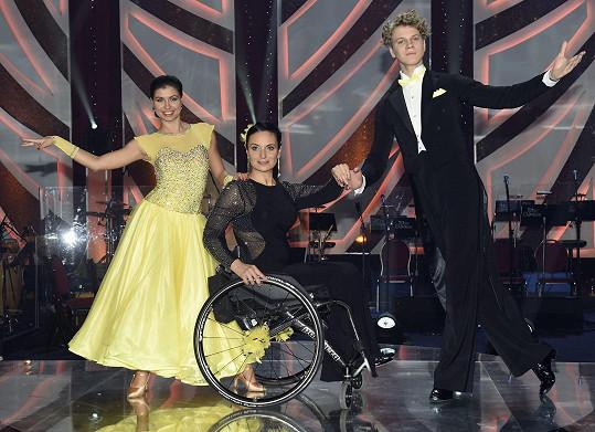 Zdeněk Piškula s tanečnicí Veronikou Lálovou a vozíčkářkou Romanou Košťálovou