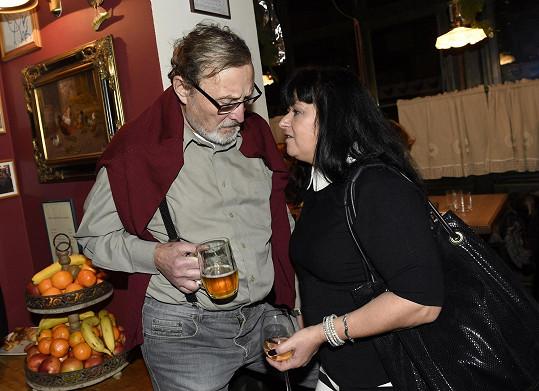 Ladislav Frej dal přednost pivu, jeho partnerka Gábina vínu.