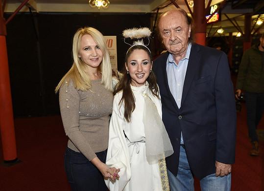 Natálie Grossová s maminkou a producentem Fantoma opery Františkem Janečkem