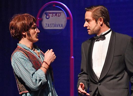 Jakub Zedníček jako Ringo Starr spolu s Alešem Slaninou, který v bláznivé hudební komedii hraje roli agenta Jamese B.