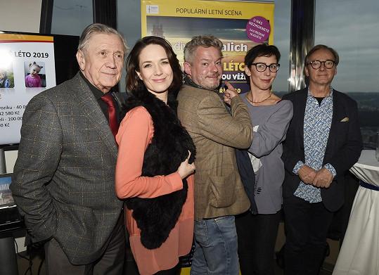 Kristýna s kolegy na tiskové konferenci k letní scéně divadla Kalich