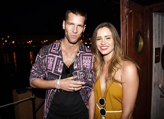 Majk miluje společnost krásných žen. Na párty s misskou Zuzanou Jandovou.