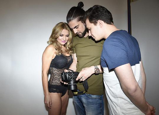Kontrola snímků po focení s fotografem Zahrádkou a kadeřníkem Smržem musí vždy být.