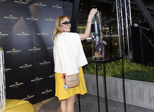 Ve žlutých šatech dorazila do Varů také Dagmar Havlová.