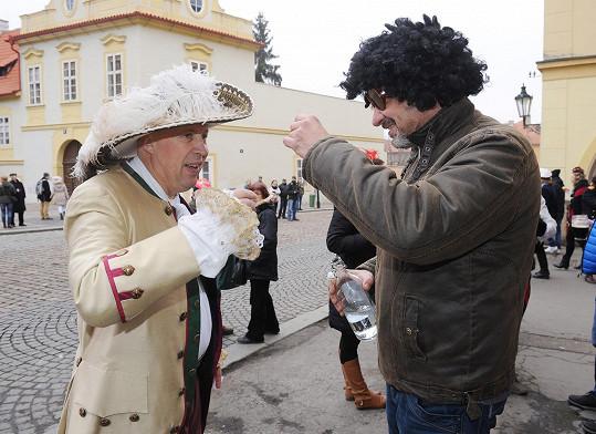 Nepohrdl panáčkem se starostou Oldřichem Lomeckým.