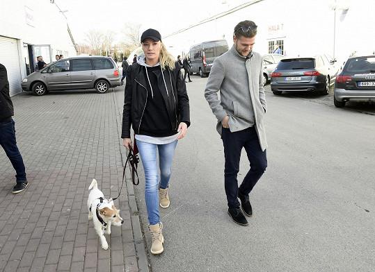 Do společnosti ji většinou doprovází manažer Jakub Grznárik, nebo pes Samík.