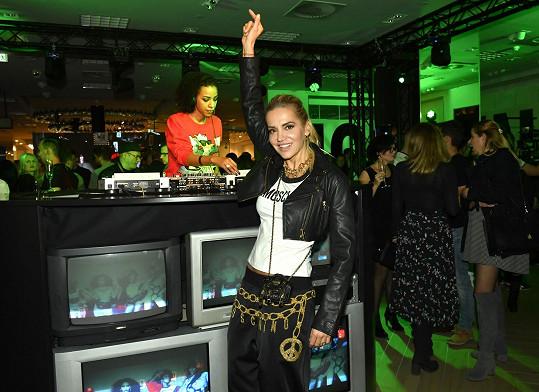 Dara si užívala hudební mixy hitů z 90.let v podání talentované DJ Flo Real.