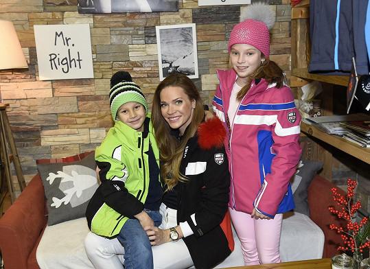 Na lyžích už si skvěle vedou i její děti.