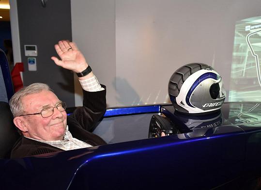 Rudolf Jelínek při jízdě v reálném simulátoru Formule 1 v centru na pražském Zličíně.