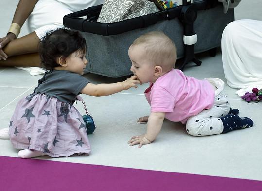 Malá Iman dováděla na pódiu s nejmladším potomkem Klusových, malou Jenovéfou.