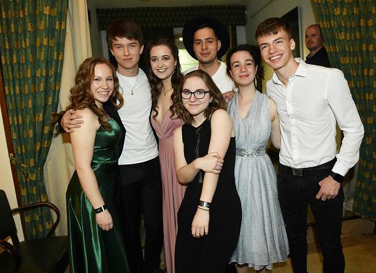 Teprve šestnáctiletý student pražské konzervatoře Tadeáš Říha (vlevo) natočil drsný snímek (NE)VĚŘ MI! se svými kamarády a spolužáky.