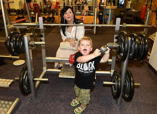 Ve fitku se dobře zabavil i její syn Adrian.