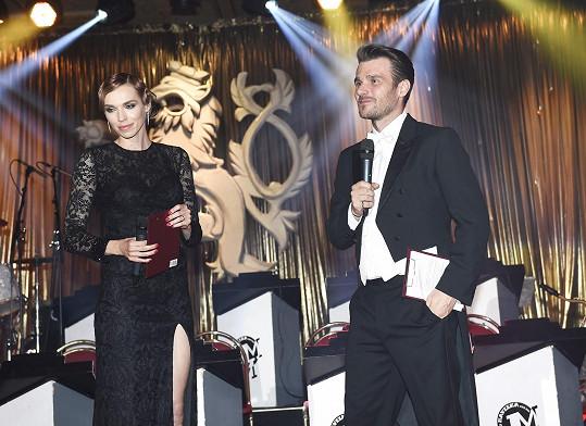 Ples moderovala spolu s Leošem Marešem.