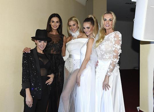 S dalšími modelkami a návrhářkou Zuzanou Lešák Černou (vlevo)