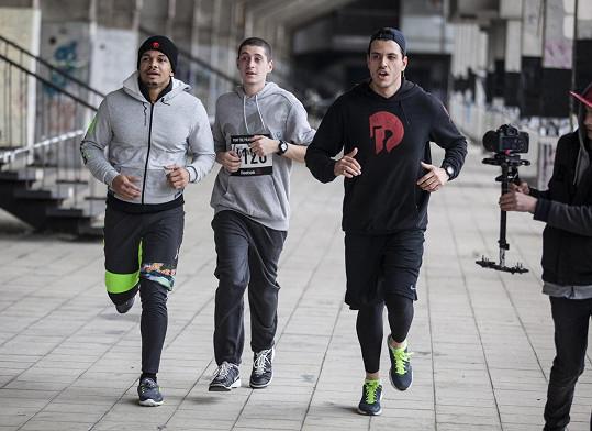 Ben zařazuje běh do svého tréninkového plánu.