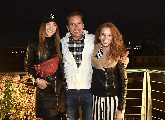 Na večírku na střeše obchodního domu si užívala výhled spolu s Petrem Vondráčkem a Leou Šteflíčkovou.