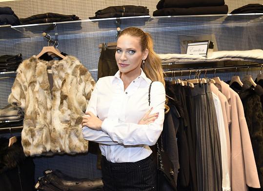 Andrea v pánském stylu na otevření nového obchodu