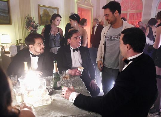 Režisér Biser Arichtev rozdává hercům instrukce.
