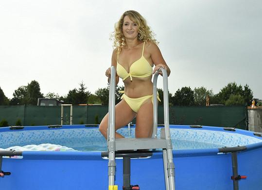 Právě kvůli dceři si zatím nepořídili zapuštěný bazén. Od toho obyčejného ze 10 tisíc se dají odmontovat schůdky, aby do něj malá v nestřeženou chvíli sama nevlezla.