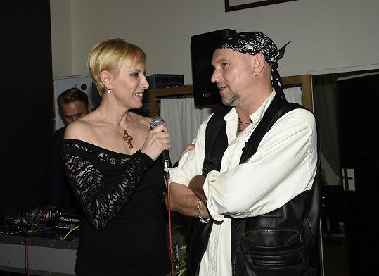 Vernisáž si nenechala ujít ani známá šansoniérka Renata Drössler, která na akci zpívala.