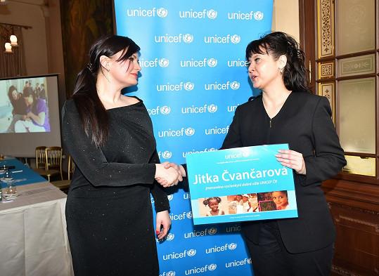 Certifikát, že se stala velvyslankyní UNICEF, převzala od Pavly Gomby.