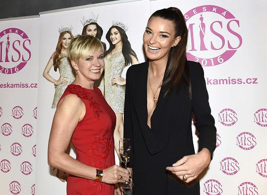 Během pózování s ředitelkou soutěže Marcelou Krplovou si hlídala výstřih.
