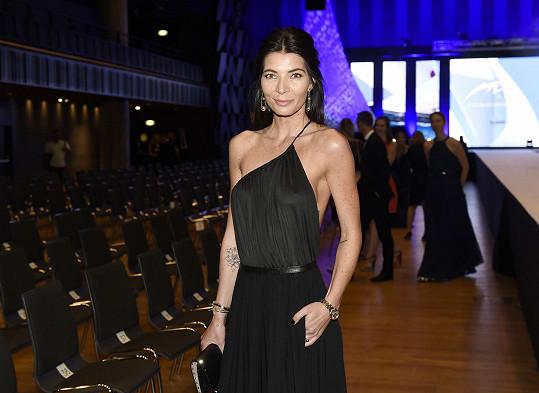 Šaty od Ivany Mentlové si módní specialistka pořídila během charitativního prodeje v tramvaji Báry Nesvadbové. Zlaté Tiffany šperky jsou z aktuální kolekce Lady Gaga.