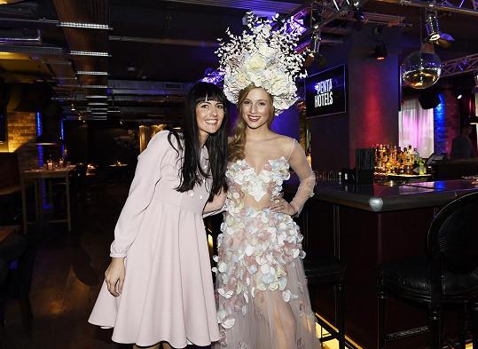Česká Miss Earth s tvůrkyní kostýmu Marií Starou