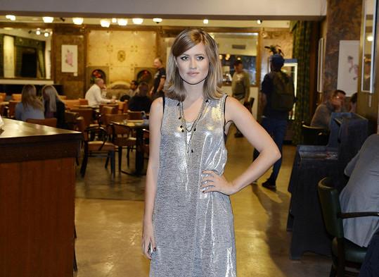Na premiéru filmu Dáma ve zlatém dorazila například Emma Smetana.