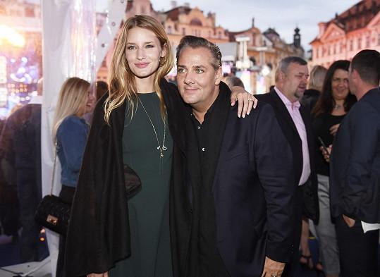 Se svým objevitelem Sašou Jánym, šéfem modelingové agentury Elite Model Management, která ji zastupuje.