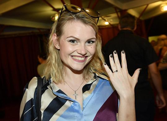 Zásnubním prstenem se přišla pochlubit na derniéru muzikálu Fantom opery.