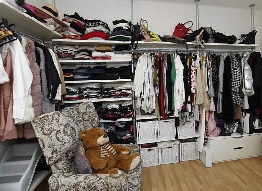 V oblečení se vyzná díky otevřené šatně v ložnici.