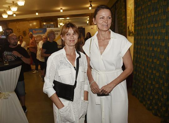 Klára Pollertová-Trojanová v doprovodu kolegyně Kláry Melíškové (vpravo)