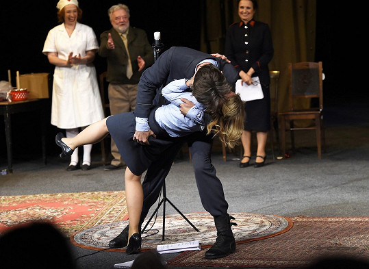 Takhle na pódiu řádí Lucie Benešová a Roman Zach.