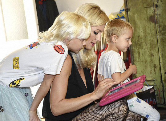Zuzana se svými dětmi Salmou a Neviem, které vzala na focení.