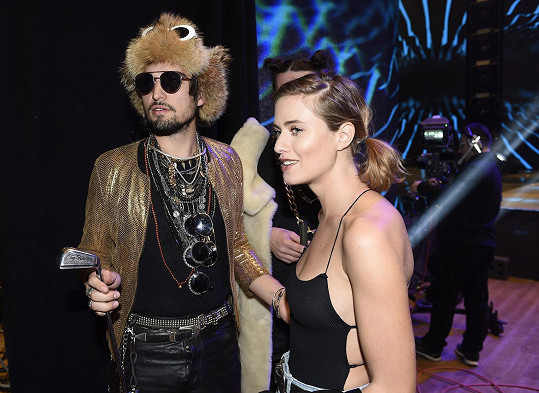 Hodně nesourodý pár. Emma Smetana byla polonahá, její partner Jordan v beranici, což je styling z klipu Kapitána Dema.