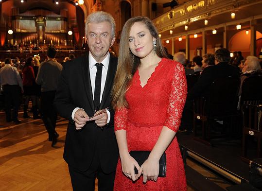 Svěcený s dcerou na koncertě na počest Vadima Petrova