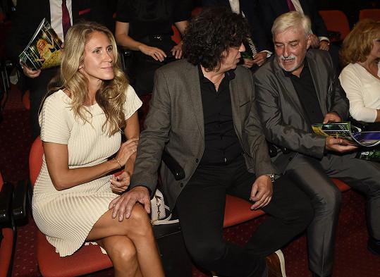 I při představení muzikálu Čarodějka se Richard přítelkyně něžně dotýkal.