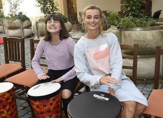 Maminka s dcerou se účastnily akce Bubny do škol, která má být prevencí šikany.