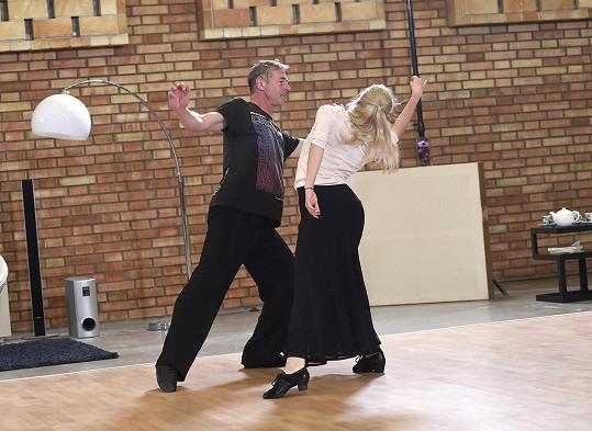 Dvojice chce před začátkem soutěže umět pět tanců.