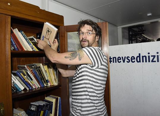 A věnoval knihu do místní knihovničky.