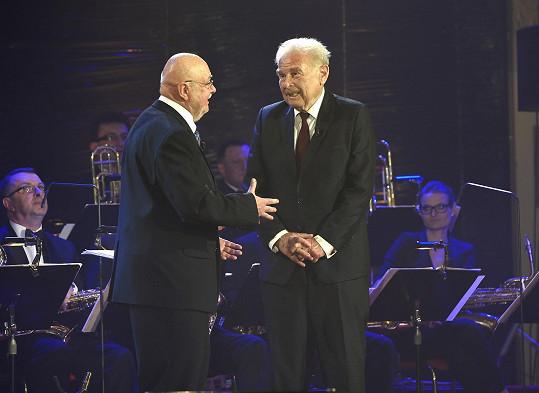 K osmdesátinám gratuloval dirigentovi Václavu Hybšovi.