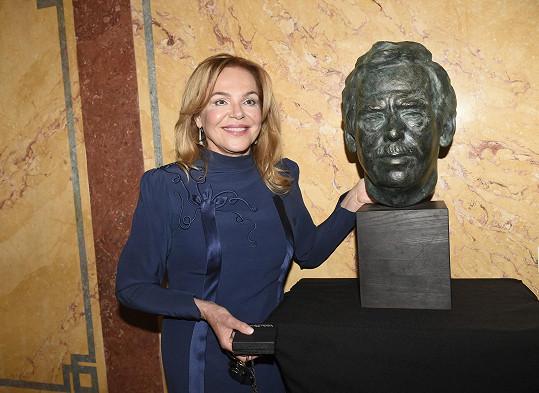 Foto s Havlovou bustou, kterou pro tuto příležitost vystavili na schodišti u vstupu do kinosálu.
