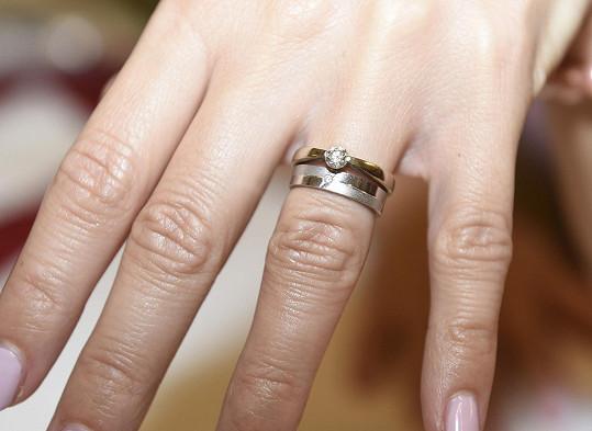 Pochlubila se zásnubním i snubním prstýnkem.